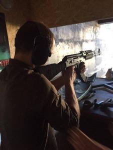 Román Zozulya apunta un arma contra rebeldes prorrusos en Donbás, Ucrania. Twiter