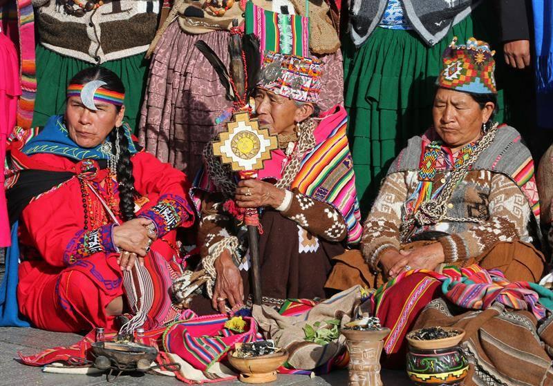 Sacerdotes aymaras realizan un rito indígena en una plazoleta mientras el presidente de Bolivia, Evo Morales, brinda su informe de gestión hoy, domingo 22 de enero de 2017, en la Asamblea Legislativa, al cumplir once años continuos de Gobierno. EFE/