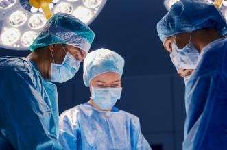 Personal médico en sala de cirugía.