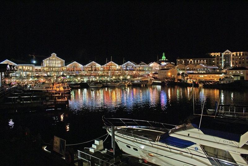 V&A Waterfront durante à noite na Cidade do Cabo