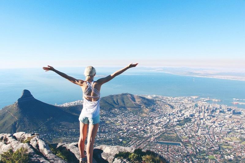 Turista curtindo o visual de Table Mountain na Cidade do Cabo