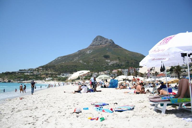 Turistas na praia Camps Bay