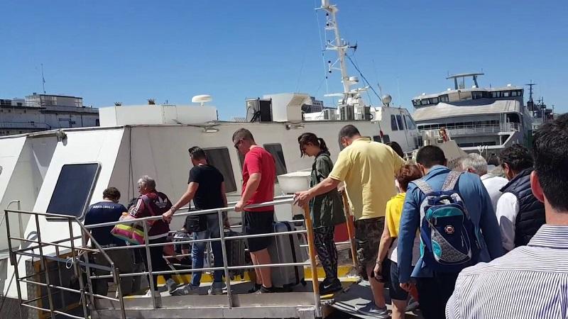 Turistas embarcando em ferry boat