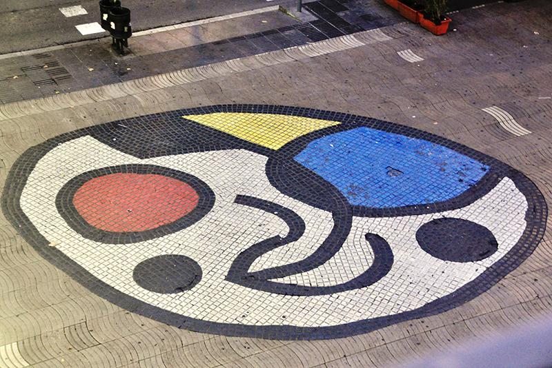 Mosaico de Miró no Bairro Gótico em Barcelona