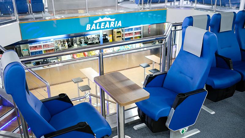 Interior do ferry da empresa Balearia na Espanha