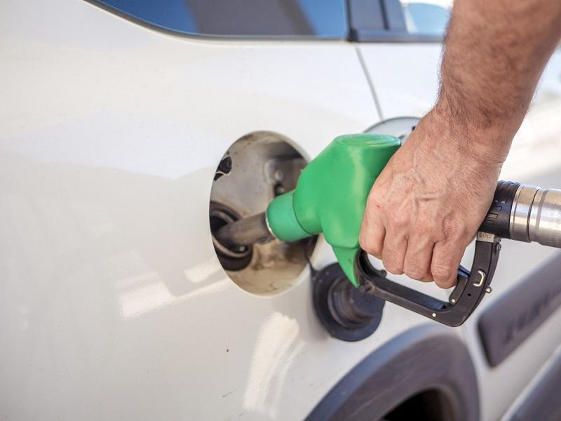 Pessoa colocando combustível em posto de Cancún