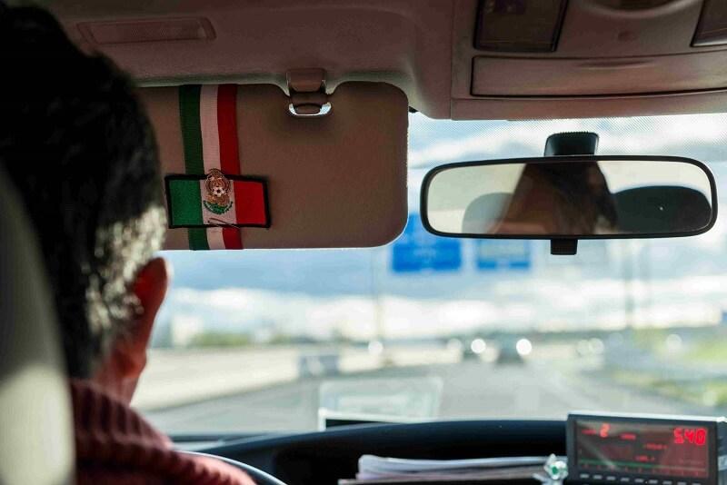Homem dirigindo um carro no México
