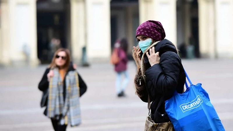 Pessoas com máscara facial na Colômbia