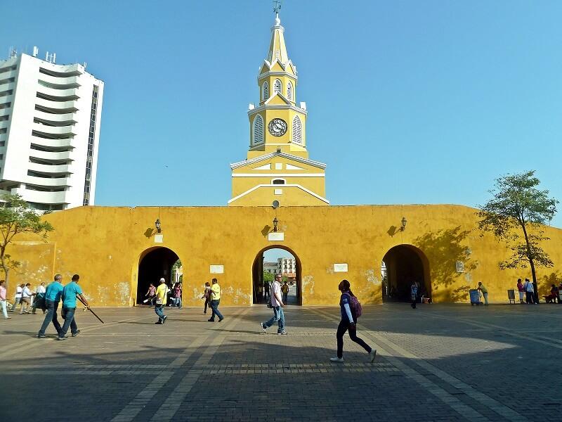 Vista da entrada da Torre del Reloj em Cartagena