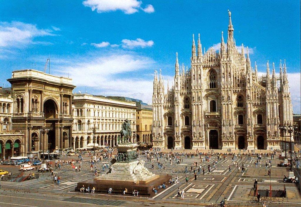 Piazza del Duomo em Milão na Itália