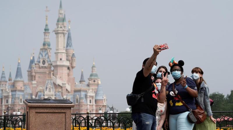 Reabertura da Disney Springs em Orlando: família utilizando máscaras