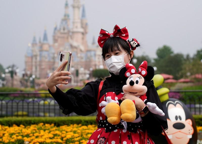 Reabertura da Disney Springs em Orlando: visitante com máscara