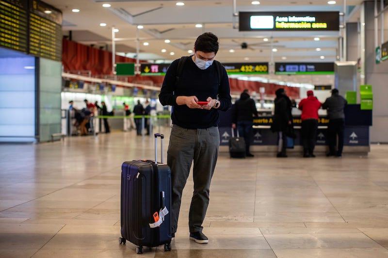 Passageiro usando máscara no aeroporto em Miami