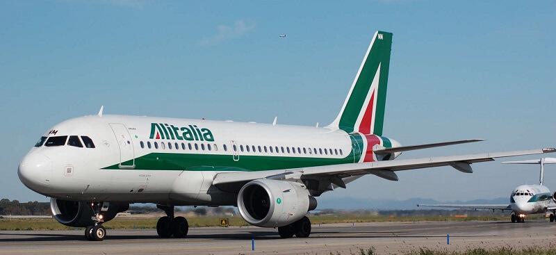 Avião da Alitalia na pista do aeroporto