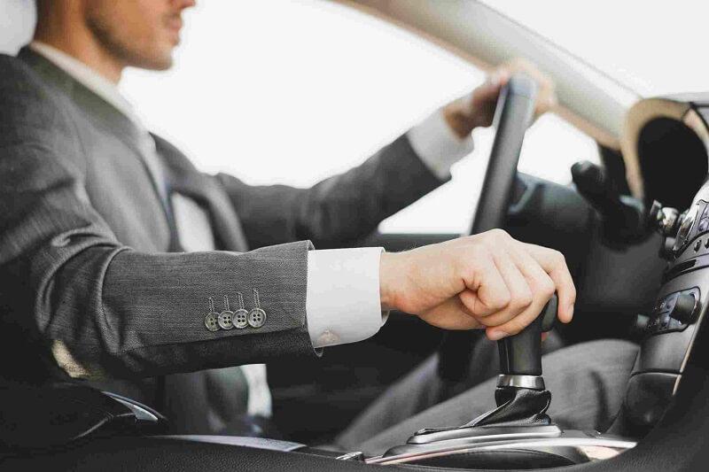 Homem dirigindo carro