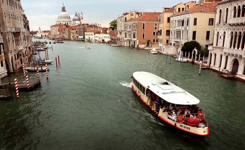 Vaporetto em canal de Veneza