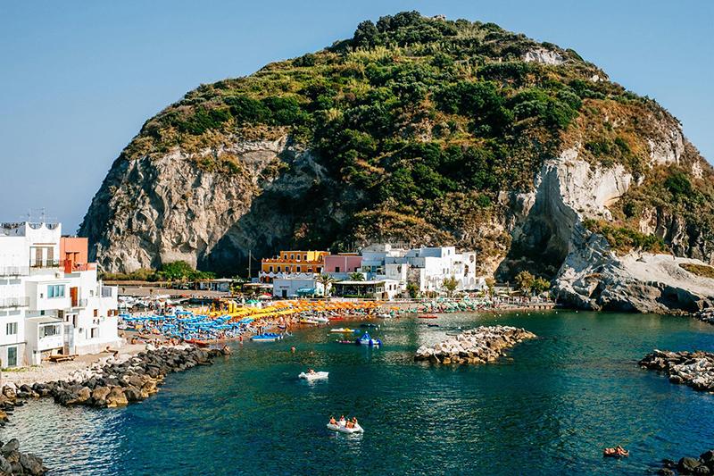 Vista aérea da região de Ischia na Itália