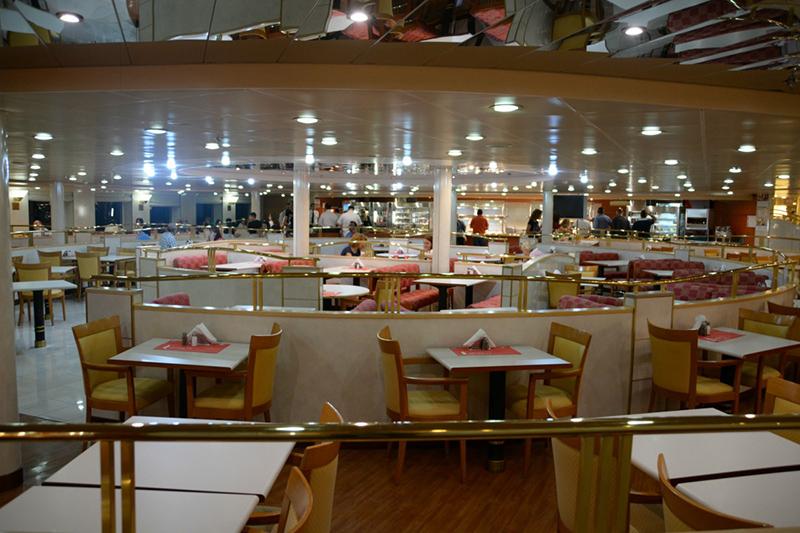Restaurante no interior do ferry na Itália
