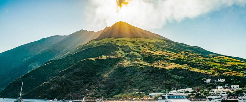 Vulcão de Stromboli nas Ilhas Eólias