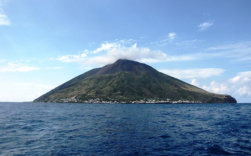 Stromboli nas Ilhas Eólias na Itália