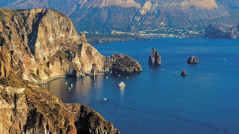 Vista de Lipari nas Ilhas Eólias na Itália