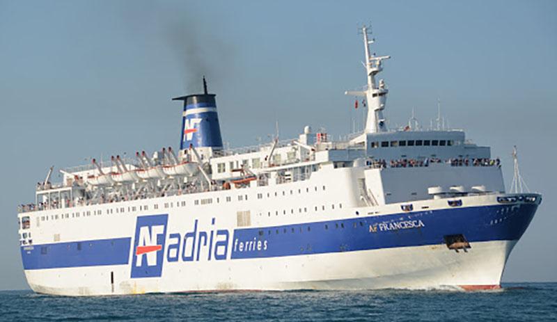 Embarcação entre Itália e Albânia