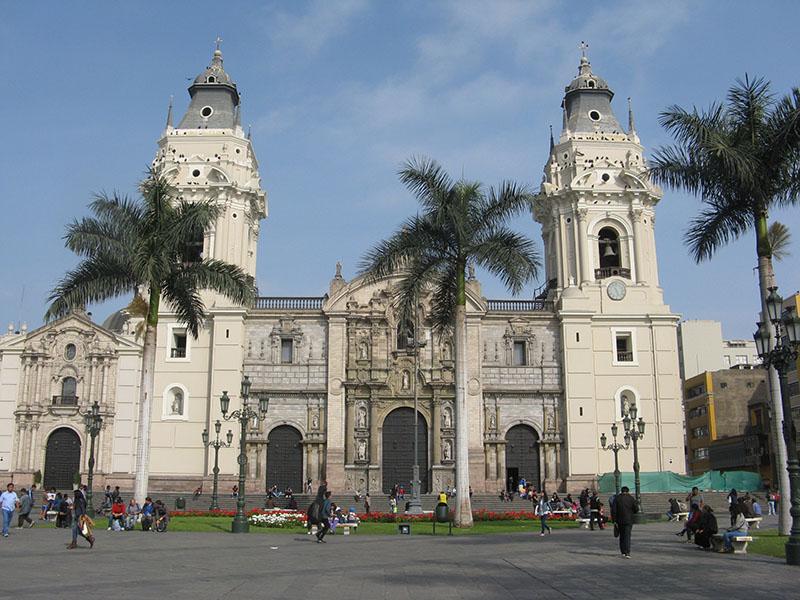 Fachada principal da Catedral de Lima