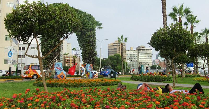 Visitantes do Parque Kennedy em Lima