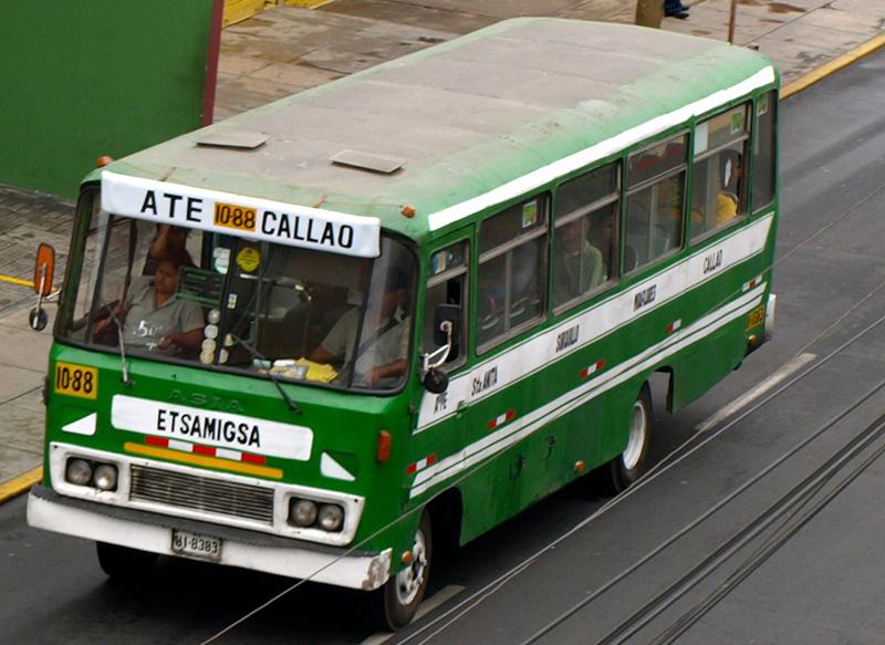 Ônibus no bairro de Miraflores em Lima