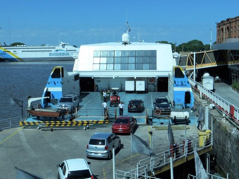 Ferry Boat estacionado em estação
