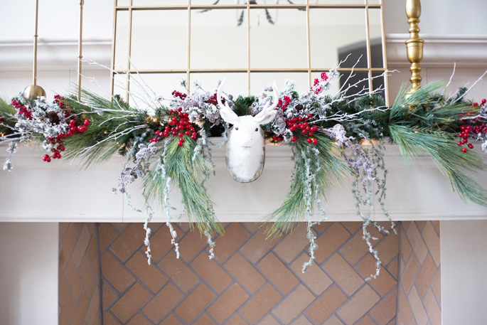 christmas-decor-fire-place-mantle-garland