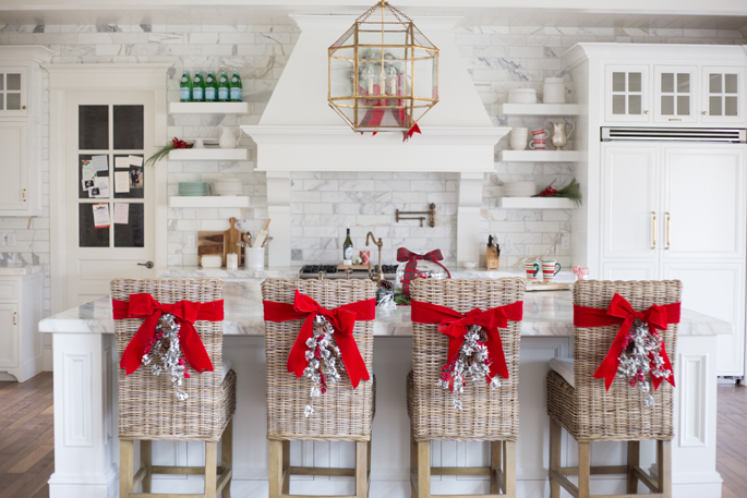 white-marble-kitchen-christmas-time