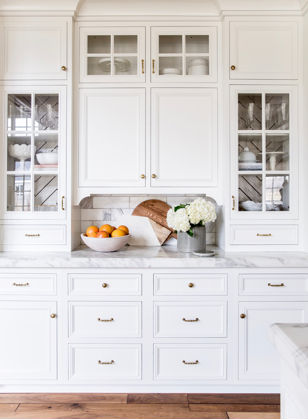 white-marble-kitchen-brass-fixtures - 2